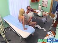 Светловолосая пациентка не ожидала, что обычный осмотр у врача приведёт к трахательным последствиям