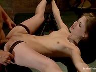 Brutal master med stark boner använder olika sexleksaker till reeducate lydig tik