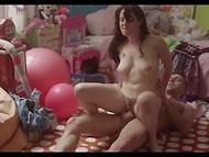 Apasionados enamorados jugar juegos de adultos en la habitación llena de juguetes de peluche