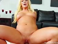 Блондинка Addison Avery села на член после того, как увлажнила его своим ротиком