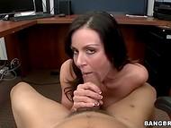 Busty sekretar je pet-minutni odmor, da predstavi njen šef lepo mouthjob