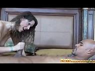 Вызывающая жёнушка устала от работы по дому и хочет поскакать на чёрном стержне
