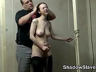 Söt hjälplös sötnos skyldig och straffas med klitoris-klipp och brinnande ljus