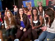 Blondīnes un brunetes visu vecumu garšoja black attvaicētājs dzimumlocekļa pie meitenes puses