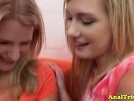 Ganska blond hennes nakna fitta upp efter att försiktigt suga partner dildo