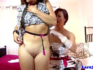 Английская проститутка Lara соблазняет молодую самочку и заставляет отлизать ей пиздёнку