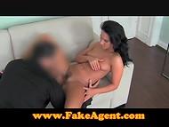 Crédulos colleen con el pelo rizado demuestra su agente de que ella es una futura estrella porno