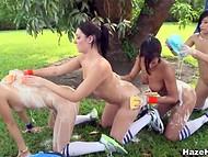 Perverss sieviete-treneris lika viņai meitenes mazgā otru pie parka pļavā