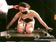 Maskerad galning droppar hett vax på kedjade flicka kropp och spanks henne