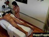 Миниатюрная массажистка раздевается и раззадоривает клиента нежными прикосновениями
