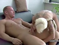 Hombre musculoso participa en el activo de la cópula con tetona alemana Sexy Cora
