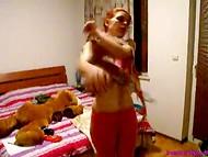 Bolgarski domač video z mladimi rdečelaska, ki se trudi, da bi našli najbolj seksi obleko