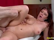 Pruuni juustega proua jagas oma rikkalikke seksuaalne kogemus kvalifitseerimata nooruk