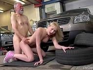 Богатая светловолосая кошечка отблагодарила престарелого механика за ремонт её дорогого авто