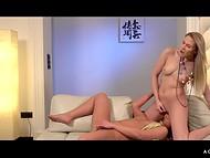 Altura Viktoria Diamante y ella lesbiana amigo puso en favoritos pantimedias antes de que se divirtieron en la sala de estar