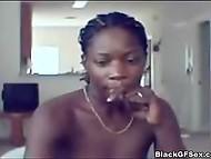 Смелая негритяночка включила вебку, чтобы похвастаться голым телом