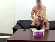 Менеджер порностудии не стал церемониться с молодой блондиночкой и слил сперму ей в киску