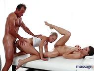 Det var buddy ' s lucky day eftersom massage session hölls av två skönheter
