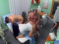 Kohta aastavahetus arst otsustas, et lõbutseda koos oma õe ja tema patsiendi samuti