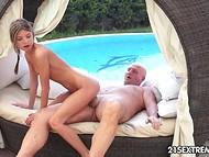 Миниатюрная Gina Gerson радует лысого старичка своей узенькой киской на мягком ложе у бассейна
