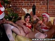 Lesbiešu Joanna Angel un viņas tetovējumu draudzenēm, Ziemassvētku tērpiem, stimulē twats
