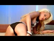 Сногсшибательная блондиночка слегка спустила лифчик и трусики, демонстрируя желанное тельце