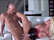 Большегрудая Alura Jenson в латексном корсете обожает штырец лысого ухажёра в пилотке