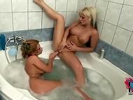 Совместное принятие ванны не обошлось для двух бабёнок без вылизывания пиздёнок