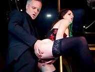 Статный мужчина поёбывает вызывающую стриптизёршу в эротичном наряде