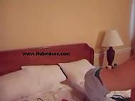 Очаровательная фанатка Gwen Stefani из Польши мнёт гладкую писечку самотыком на камеру