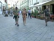 Люди удивлялись и фоткались с белокурой бесстыдницей, разгуливающей голышом