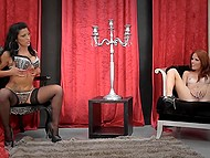 Милая рыжеволосая девушка и её подружка показывают свои шикарные тела и мастурбируют