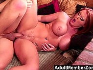 Рыжая штучка с большой грудью и сочной задницей встала рачком, чтобы самец овладел её киской сзади