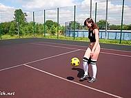 Рыжая девчонка вышла на площадку поиграть с мячом, но забыла надеть трусики