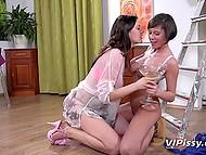 Две подружки вместе писают в большую стеклянную вазу, пьют и кайфуют