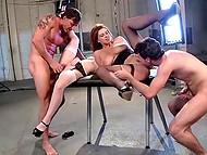 Две грудастые девушки трахается с парнями и просят кончить им на грудь
