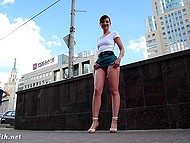 Беспардонная Jeny Smith разгуливает в ультракороткой юбчонке и без трусиков по улицам русского города