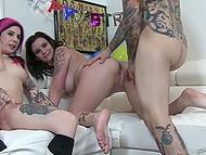 Две татуированные подружки любят, когда их жёстко трахают и кончают на лицо