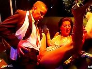 Энергичная музыка и крепкие напитки спровоцировали межрасовую групповушку в ночном клубе