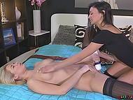 В качестве секс игрушки для разогрева девчонки выбрали вибратор, постепенно подключая пальчики и язычки