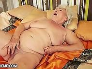 Похотливая бабулька мастурбирует волосатую киску маленьким вибратором