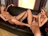 Страстная лесбиянка натягивает презерватив на ступню и трахает ею свою подругу