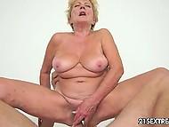 Лысый мужик трахает сексуальную бабушку прямо в её волосатую киску
