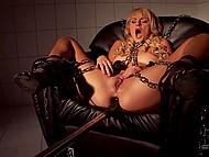 Закованная цепями блондиночка сначала сопротивлялась чёрному дилдо, но когда он зашёл в её киску, она потеряла голову от удовольствия
