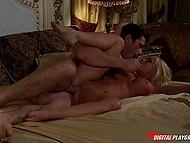 Атлетичный супруг не может начать утро иначе, как не оприходовав щёлочку супруги с большой грудью