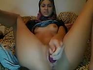Симпатичная арабка в хиджабе держит ножки шире, пока суёт самотык в киску перед вебкой