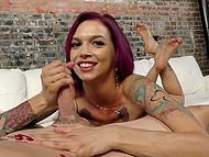 Татуированная дамочка с выпуклыми шариками дрочканула пенисок и была безумно счастлива получить сперму на лицо