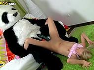 Грузная плюшевая панда тихонько рычала, имея блондиночку немаленьким агрегатом