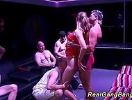 Strip-teaseuse avait exposé son corps sur la scène avant que les hommes en rut a commencé le sexe en groupe