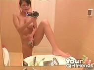 Девчуля с аппетитными сисечками ублажила себя длинным вибратором в ванной, засняв всё на камеру